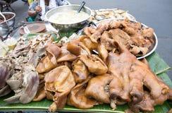 炖在香蕉叶子的猪肉出售的在轰隆Lampu市场,曼谷,泰国上 免版税库存图片