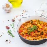 炖有机在煎锅的菜蔬菜炖肉法国ratatouille 免版税图库摄影