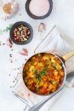 炖有机在stewpan的菜蔬菜炖肉法国ratatouille 免版税库存照片