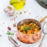 炖有机在stewpan的菜蔬菜炖肉法国ratatouille 免版税库存图片