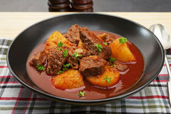 炖煮的食物匈牙利牛肉墩牛肉Gulyas 库存图片