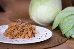 炖煮的食物圆白菜用香肠 免版税图库摄影