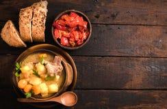 炖煮的食物汤和胡椒沙拉 库存图片