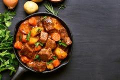 炖牛肉用土豆、红萝卜和草本 免版税库存图片