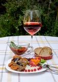 炖牛肉用红萝卜和干李子,冠上用米、豆和蕃茄 库存图片