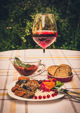 炖牛肉用红萝卜和干李子,冠上用米、豆和蕃茄 图库摄影
