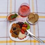 炖牛肉用红萝卜和干李子,冠上用米、豆和蕃茄 免版税库存照片