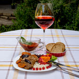 炖牛肉用红萝卜和干李子,冠上用米、豆和蕃茄 库存照片