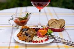 炖牛肉用红萝卜和干李子,冠上用米、豆和蕃茄 免版税库存图片