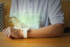 炫耀人或男性手用途Smartwatch或无线便携的Devic 免版税库存图片