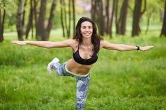 炫耀做室外交叉训练锻炼的健身妇女 图库摄影