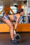 炫耀健身房的妇女。 图库摄影