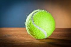 炫耀在木头的equipment.tennis球 免版税库存照片