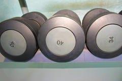 炫耀在现代体育俱乐部的哑铃 重量在健身房的训练器材 库存照片