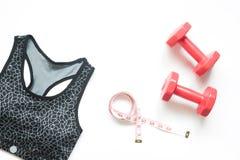 炫耀在白色背景的胸罩和健身设备 免版税库存图片