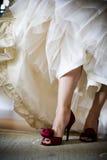炫耀她的红色高跟鞋鞋子的新娘 库存照片