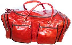 炫耀妇女红色饱和的颜色骆驼的袋子 免版税图库摄影
