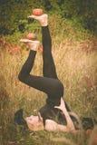 炫耀巫婆服装实践的瑜伽的女孩 免版税库存照片