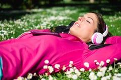 炫耀并且放松健康生活方式 免版税图库摄影