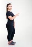 炫耀指向手指的肥胖妇女  免版税图库摄影