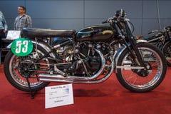 炫耀摩托车有`黑色闪电`规格的文森特拉皮德, 1952年 库存图片