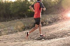 炫耀有运行上升在跑步的训练锻炼的路的被剥去的运动和肌肉腿的人 库存图片