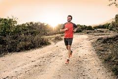 炫耀有运行下坡在跑步的训练锻炼的路的被剥去的运动和肌肉腿的人 免版税库存照片