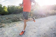 炫耀有运行被剥去的运动和肌肉的腿的人上升 图库摄影