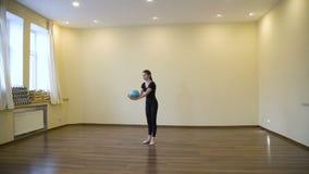 炫耀生活方式女子柔软体操锻炼平衡 股票视频