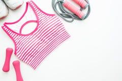 炫耀胸罩、运动鞋、体育和健身设备在桃红色颜色 库存图片