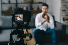 炫耀记录关于棒球的博客作者新的录影与照相机 免版税库存照片