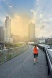 炫耀跑在城市的妇女 免版税库存图片