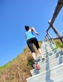炫耀跑在山台阶的妇女 免版税库存图片