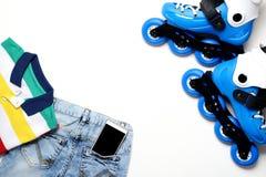 炫耀,健康生活方式、溜冰鞋和男孩` s衣物集合,在白色背景的手机 免版税库存照片