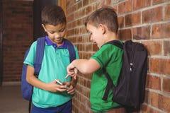 炫耀他们新的手机的学生 免版税库存图片
