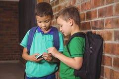炫耀他们新的手机的学生 库存照片