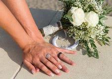 炫耀他们的圆环的新娘和新郎 免版税库存照片