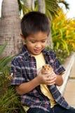炫耀他的宠物仓鼠的年轻男孩 免版税库存图片