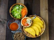 炸玉米饼与壳、菜和调味汁的固定ins 库存照片