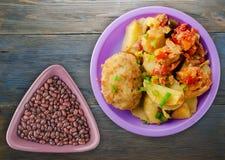炸肉排用土豆和被炖的蕃茄 免版税库存图片