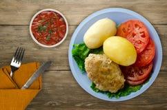 炸肉排用在板材的土豆 免版税库存图片