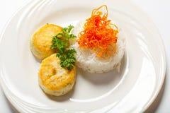 炸肉排用草本和米在板材 奶油被装载的饼干 免版税库存图片
