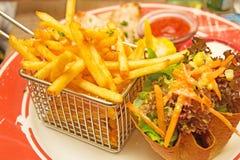 炸薯条和墨西哥salat 免版税库存照片