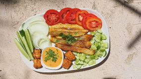 炸薯条用一千个海岛沙拉调味汁服务和vegetab 免版税库存图片