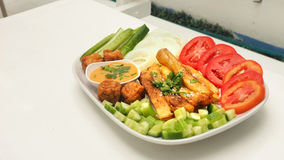 炸薯条用一千棵沙拉调味汁和菜在白色de 库存图片