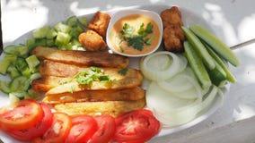 炸薯条用一千棵海岛沙拉调味汁和菜 免版税库存照片