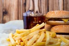 炸薯条用乳酪汉堡和芯片 免版税库存照片