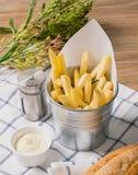 炸薯条用在篮子的蛋黄酱 免版税图库摄影