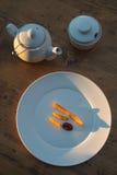 炸薯条用番茄酱和在木桌上 顶视图晴朗的晚上 库存图片