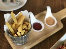 炸薯条,在busket油煎的土豆 免版税库存图片